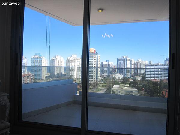 Vista hacia el este desde la ventana de la suite. Al frente, la fachada de Icon Towers.