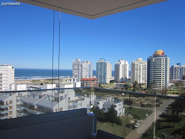 Vista hacia el oeste desde la suite. Esta ventana permite el acceso al balcón terraza del apartamento.