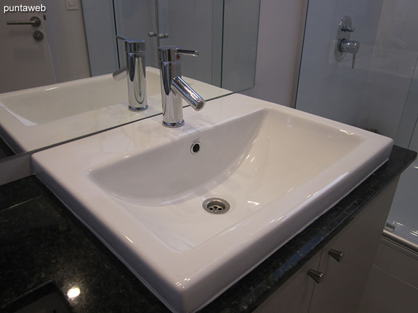 Baño de la suite, exterior. Equipado con ducha, bañera y mampara de vidrio.