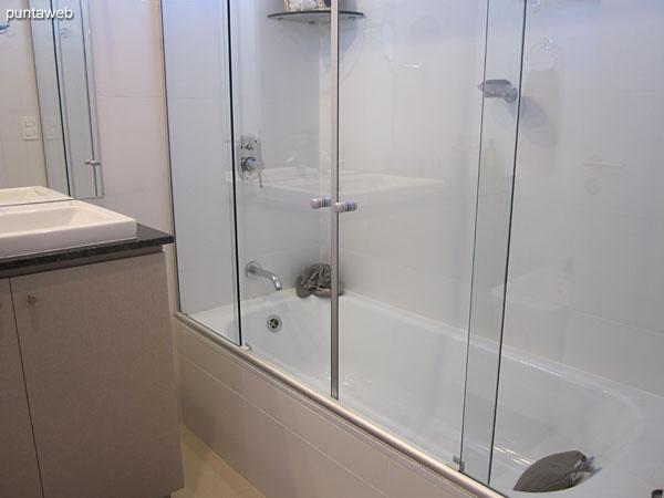 Detalle de la ducha y mampara de vidrio en el baño de la suite.