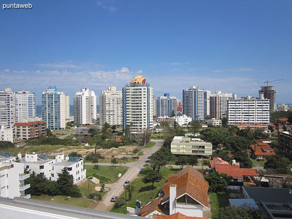 Vista del entorno sobre barrio residencial y edificios vecinos desde la terraza del edificio.