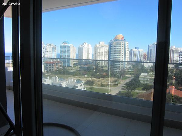 Vista hacia el lateral oeste desde la ventana del segundo dormitorio.<br><br>La ventana brinda acceso al balcón terraza del apartamento.