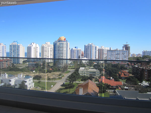 Vista hacia el balcón terraza del apartamento desde la ventana del segundo dormitorio.
