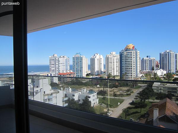 Vista hacia el balcón terraza del apartamento y entorno hacia el lateral oeste desde la ventana del segundo dormitorio.
