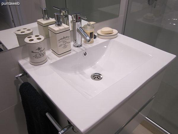 Segundo baño, interior. Equipado con ducha y mampara de vidrio.