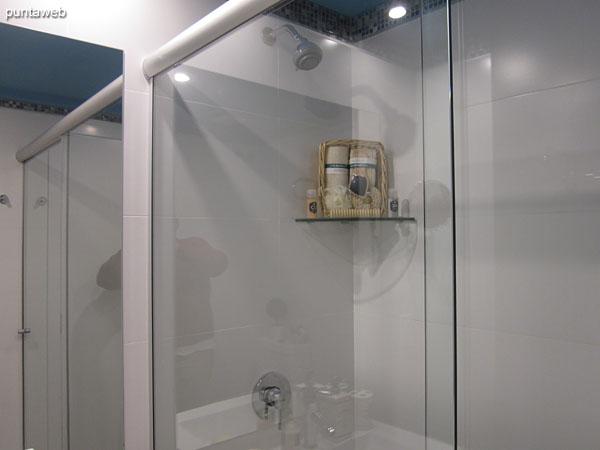 Detalle de grifería y artefactos sanitarios en el segundo baño.