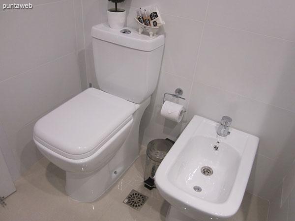 Detalle de ducha y mampara en el segundo baño.