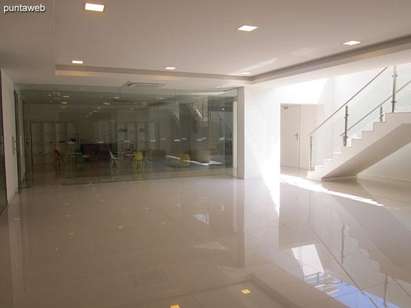 Ambiente de estar en el lobby del edificio.