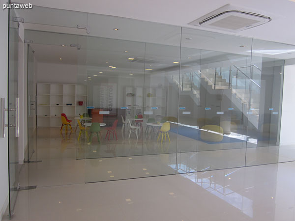 Espacio de circulación al contrafrente del edificio. Conecta el lobby con una sala de lectura y juegos y los servicios de sauna, microcine y acceso a la pileta al aire libre.