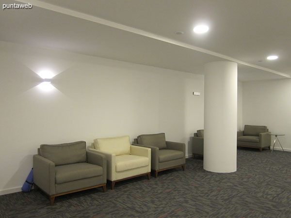 Salas en el espacio al contrafrente, detrás del lobby del edificio.