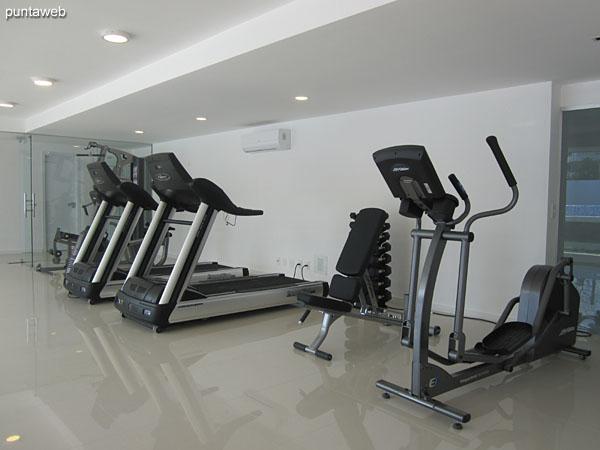 Gimnasio. Situado en planta baja al contrafrente del edificio. Equipado con cintas, bicicletas fijas y equipamiento de pesas.