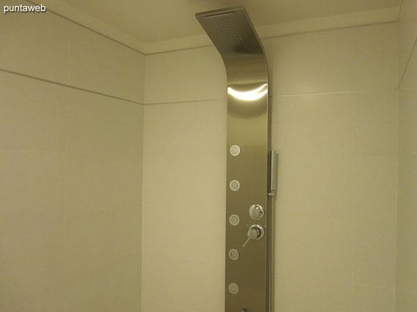 Espacio de servicios higiénicos y duchas en el sector de spa.