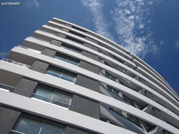 Vista hacia el lateral este del predio del edificio desde el sector de la pileta al aire libre.