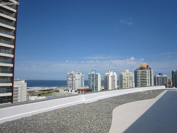 Vista hacia el este desde la terraza del edificio.
