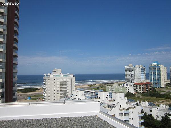 Vista hacia el sur desde la terraza del edificio.