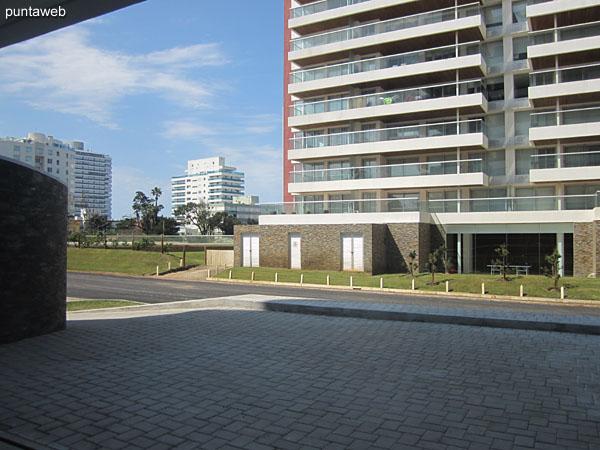 Vista general de los espacios de garage en el subsuelo del edificio. El apartamento cuenta con una unidad exclusiva.