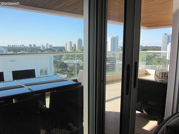 Espacio de comedor situado al ingreso del apartamento. Equipado con mesa rectangular con cuatro sillas.