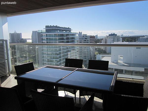 Acceso al balc�n terraza. Aberturas de doble hoja en aluminio.