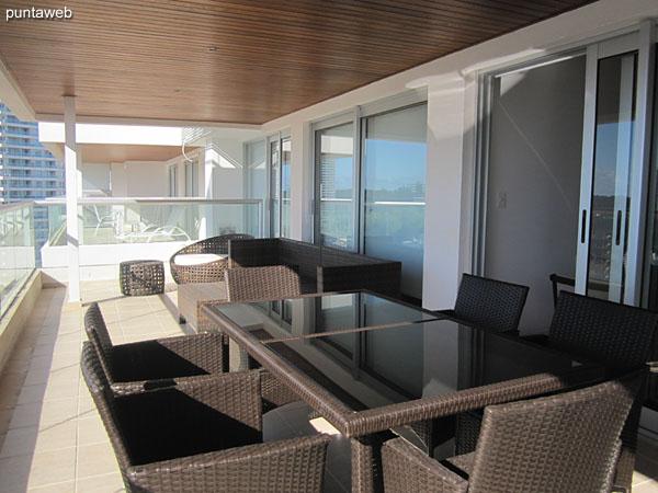 Vista hacia el entorno de barrios residenciales al norte desde el espacio de living comedor.