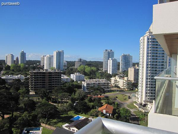 Vista hacia el oeste sobre el atardecer de Punta del Este desde el balc�n terraza.