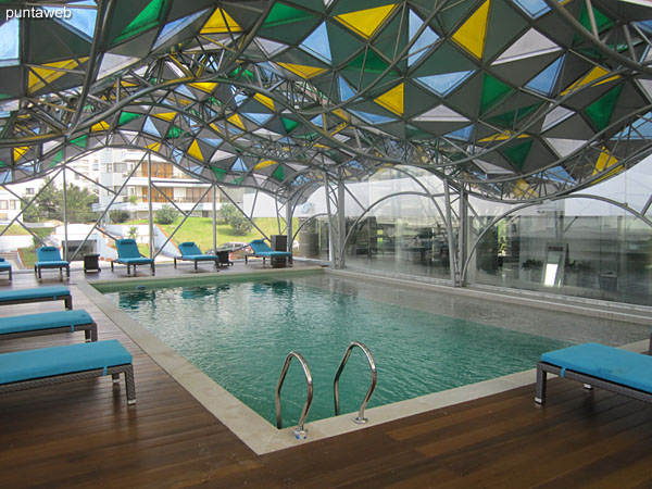 General view of the heated pool. In front of the reception building and integrated via a ramp at Spa sector.