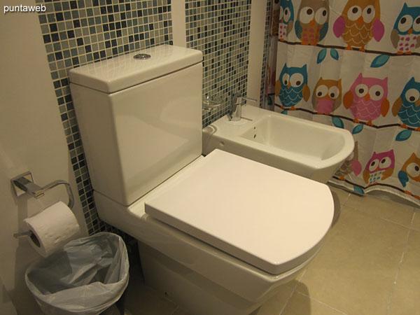 Detalle de grifer�a monocomando de la ducha en el ba�o de la suite.