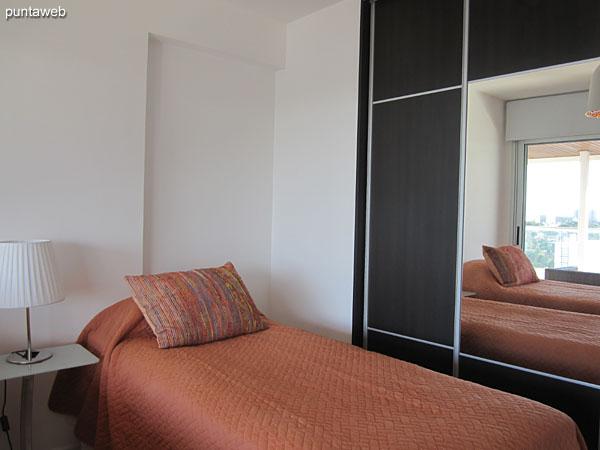 Segundo dormitorio. Brinda acceso al balc�n terraza y vistas hacia el entorno de barrios residenciales.