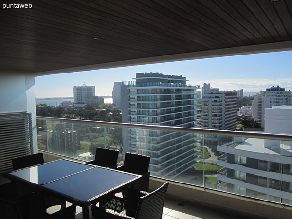 Vista hacia el norte sobre entorno de barrios residenciales desde el segundo dormitorio.