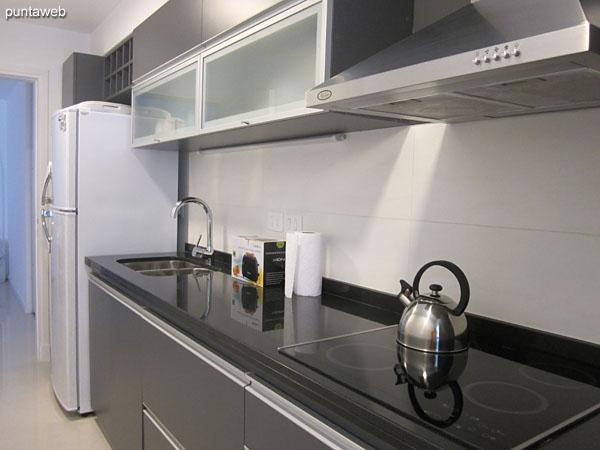 Cocina, exterior, con lavadero independiente y acceso a balc�n terraza.