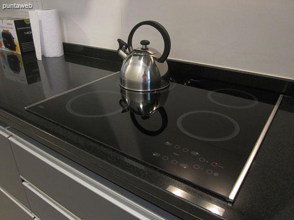 Mesada de la cocina equipada con muebles y estantes sobre y bajo mesada, equipada con doble bacha en acero inoxidable.