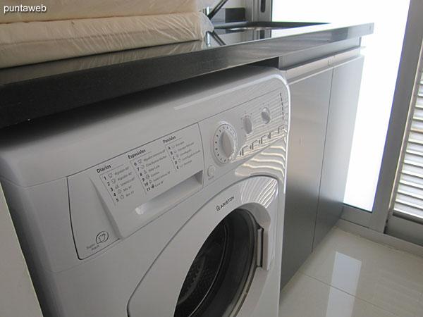 Espacio independiente de lavadero con acceso a balc�n terraza. <br><br>Equipado con lavarropas y pileta en acero inoxidable.