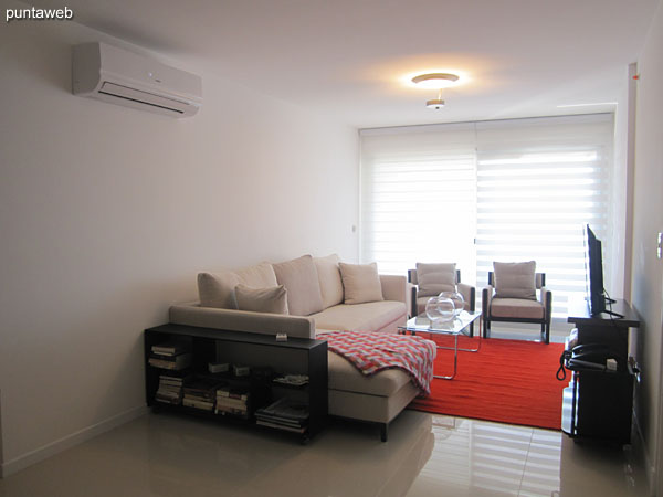 General view of the living room. Equipped with air conditioning.<br><br>It provides access to balcony facing the back of the building.