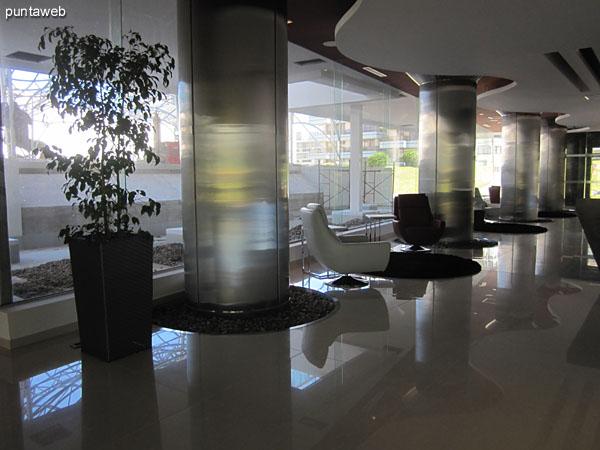 Recepci�n. Amplio lobby en U, orientado al sur, de frente a la pileta climatizada.<br><br>A la izquierda del acceso, la sala de cine, el acceso a los ascensores y la sala de juegos para ni�os y adolescentes.<br><br>Al fondo del front desk a la izquierda, el acceso al gimnasio.