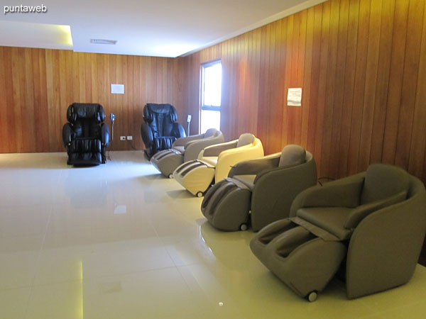 Dry sauna room, wet sauna.<br><br>In the image, massage and relaxation chairs.