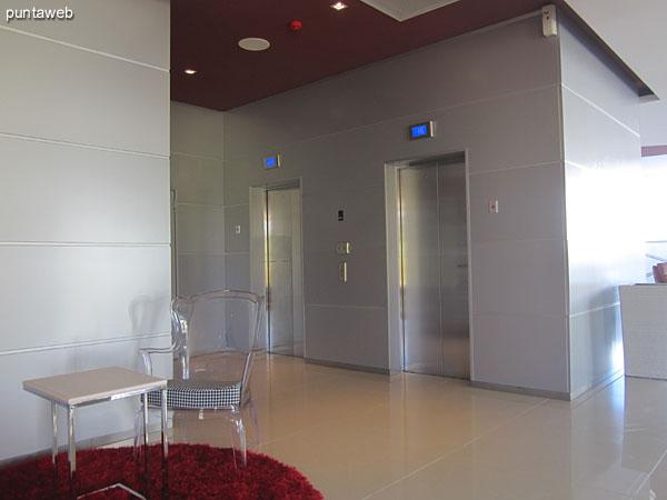 Espejo de agua entre la pileta climatizada y el lobby del edificio.