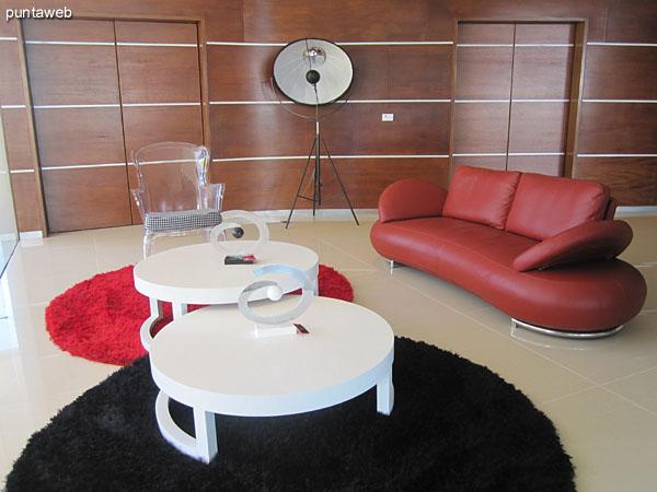Mesa de ping–pong en la sala de juegos para ni�os y adolescentes.