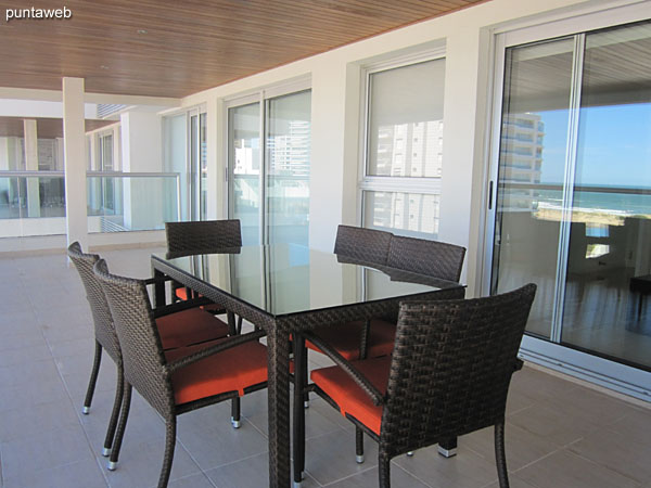 Spacious terrace balcony accessible from all rooms: living room, TV room, second bedroom and suite.<br><br>It offers sea views over the beach Brava.