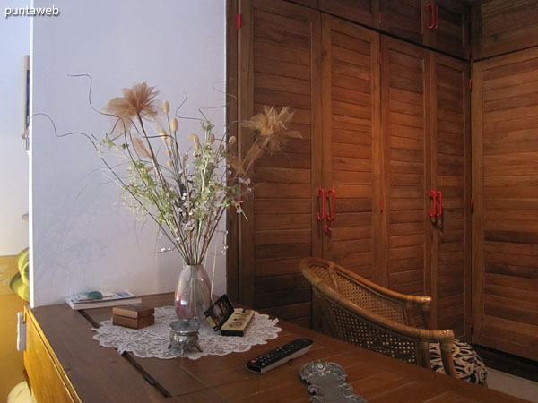 General view of the suite from its floor level access. The matrimonial bed sector is in unevenness.