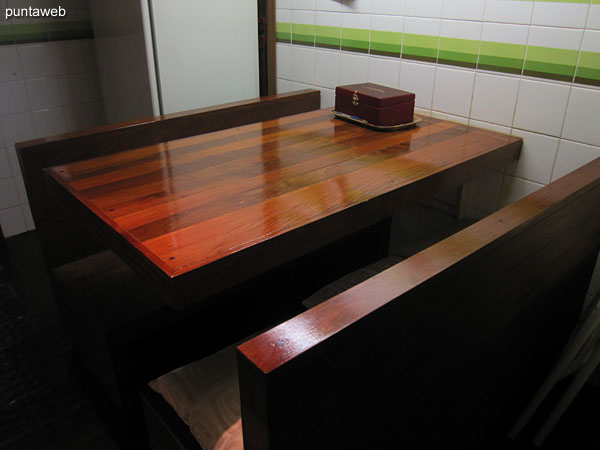 Daily dining room of the kitchen. Table in lapacho wood.