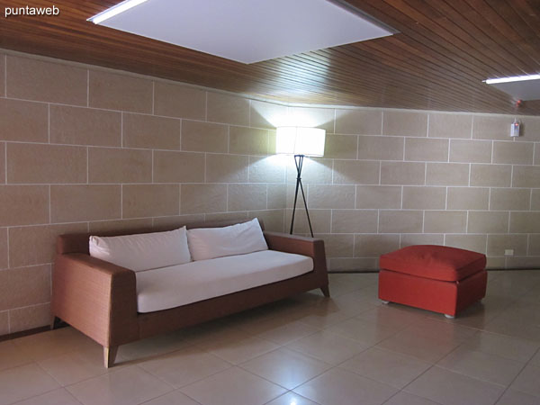 Living space in the reception of the building.<br><br>Conditioned with armchair of two bodies, floor lamp and armchair without backrest.
