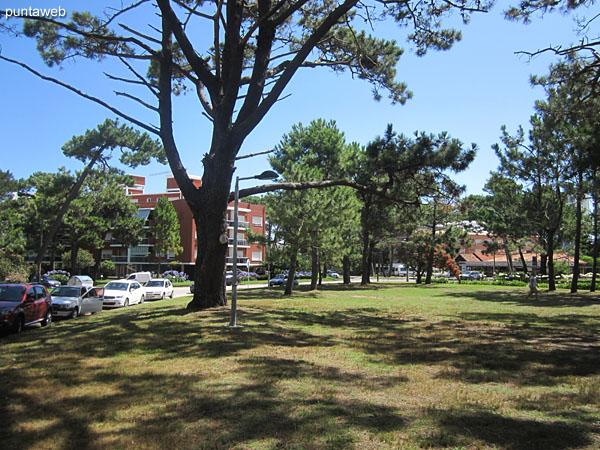 Vista general de la plaza M�xico frente a la entrada al edificio.