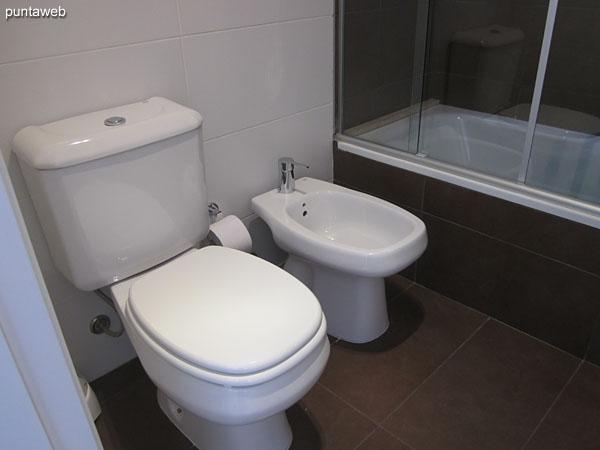 Detail of the bathtub in the en suite bathroom.