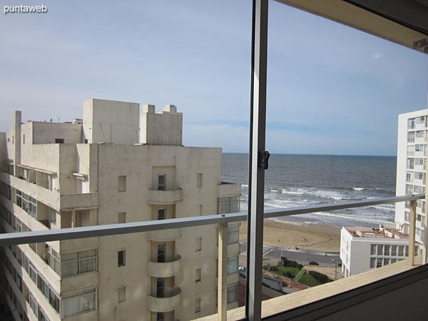 Vista hacia la playa Brava desde el ambiente principal del apartamento.
