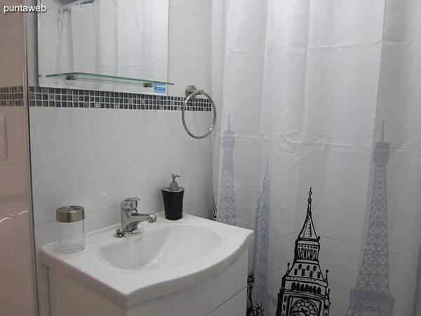 Baño interior. Cuenta con ducha y cortina de baño.