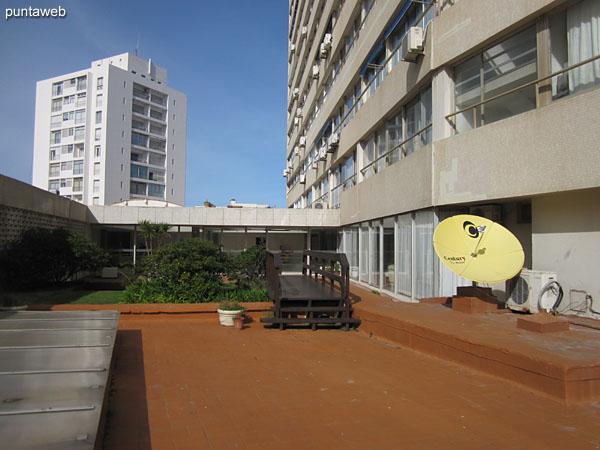 Espacio tipo solarium situado hacia el interior de la manzana sobre el lateral este del edificio.
