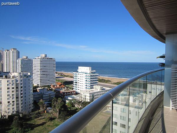 Vista desde el balcón terraza del living comedor hacia la playa Brava y entorno de edificios y barrio residencial hacia el este.