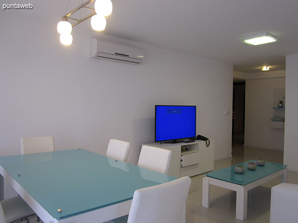 Dining space located to the east of the floor, next to the window access to the balcony terrace.<br><br>Conditioned with rectangular table in glass and wood with capacity for six people.