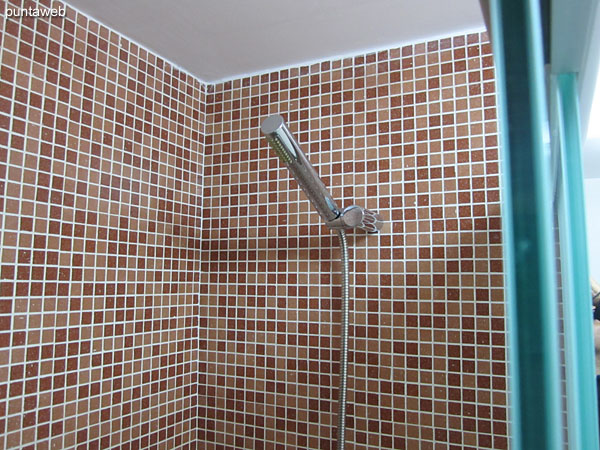 Detail of shower screen in glass and aluminum in the bathroom of the suite.