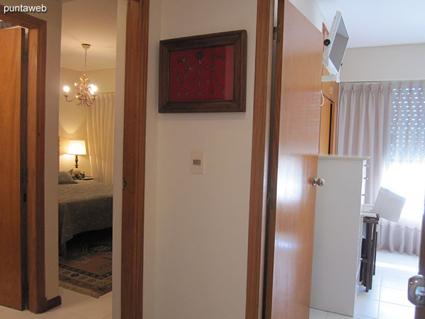 Space type palier with door to the living room that links the bedrooms and bathrooms.