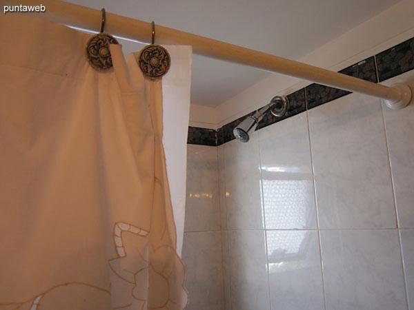 Detalle de grifería del baño de la suite.